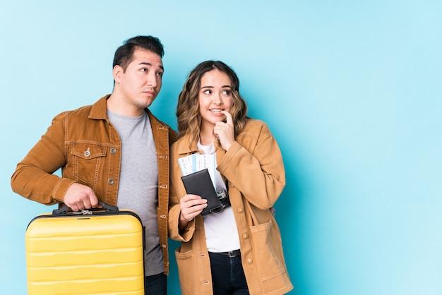 旅行の準備ができている若いカップルは、コピースペースを見て何かについてリラックスした思考を分離しました。