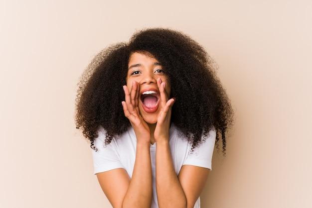 叫んでいる若いアフリカ系アメリカ人女性は前に興奮しています。
