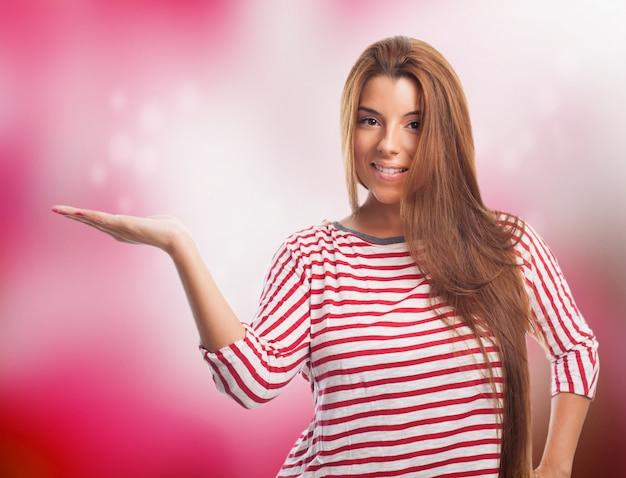 手のひらに何かを示すプレザント女性。