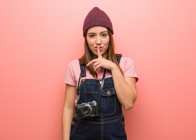 若いかわいい写真家女性の秘密を守るか沈黙を求めて