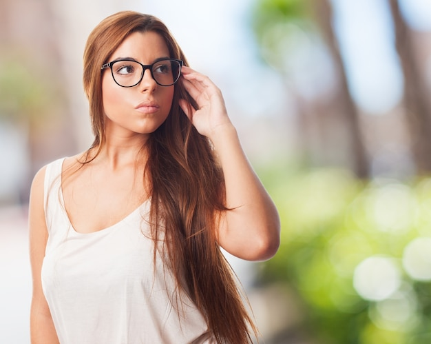 Довольно молодая девушка в очках.