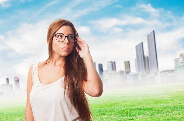 メガネを身に着けている若い女性。