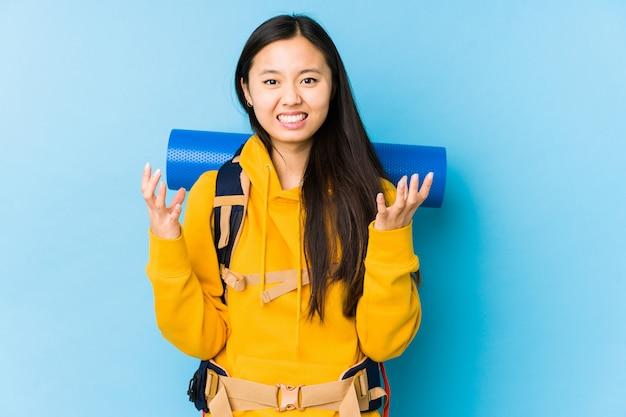 若い中国のバックパッカーの女性は怒りで叫んで分離しました。