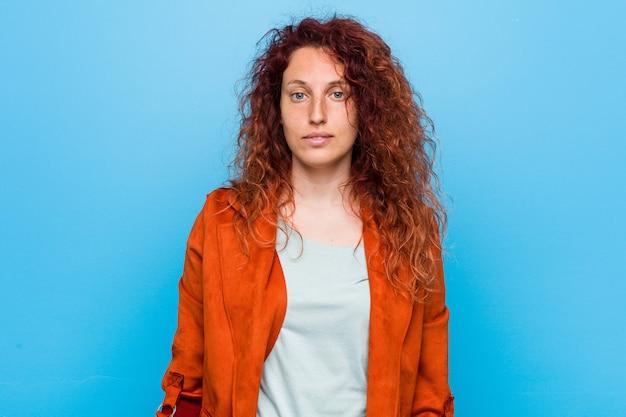 若い赤毛のエレガントな女性の幸せ、笑顔、陽気な。