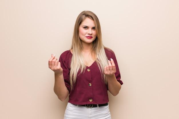 必要なジェスチャーをしている若いロシア人女性