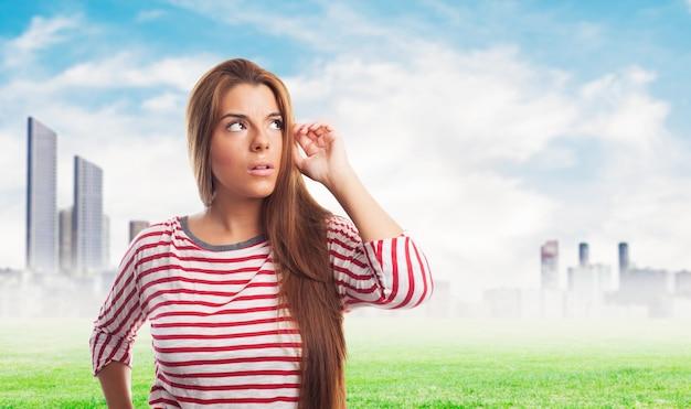 Концентрированный девушка в футболке с полосками