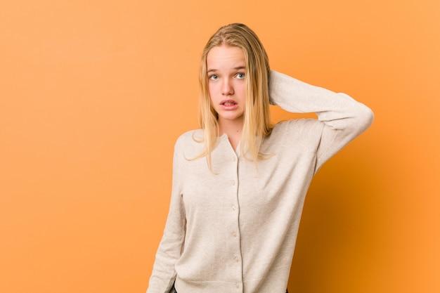 Милая и естественная женщина подростка страдая боль в шее из-за сидячего образа жизни.