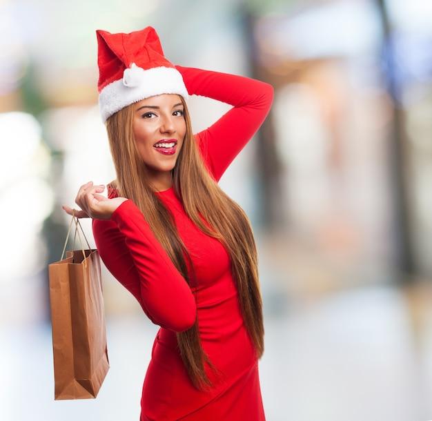 購入バッグと笑顔の女性