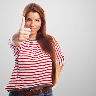 承認のジェスチャーを持つ女性