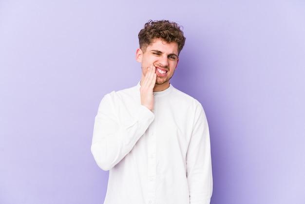 強い歯の痛み、臼歯の痛みを持っている分離された若いブロンドの巻き毛の白人男性。