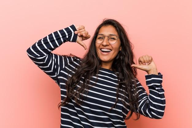 若い知的なインドの女性は、誇りと自信を持っていると感じています。