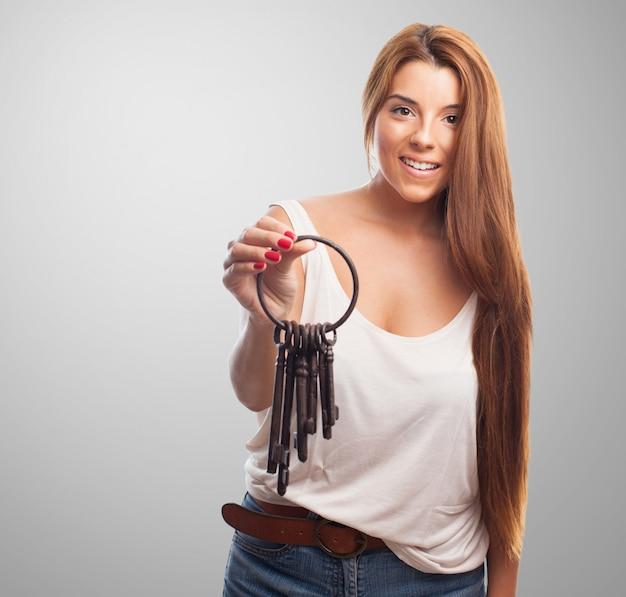 鍵の束を持つ女性モデル