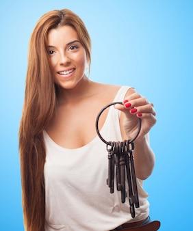 多くのキーを持つ女性