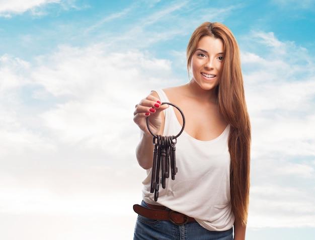 鍵の束を保持する女