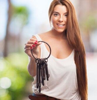 多くのキーを持つ魅力的な女性
