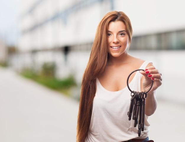 笑顔の女性保持古いキー
