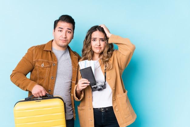 衝撃を受けて孤立した旅行の準備ができている若いカップル、彼女は重要な会議を思い出した。