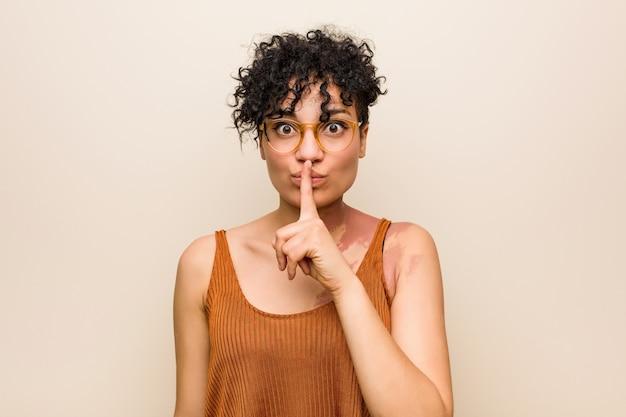 皮膚の出生マークを持つ若いアフリカ系アメリカ人女性は秘密を守るか沈黙を求めます。
