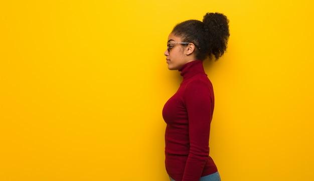 正面を向いている側に青い目を持つ若い黒人アフリカ系アメリカ人女性