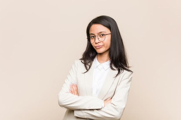 皮肉な表現に不満の若いビジネス中国の女性