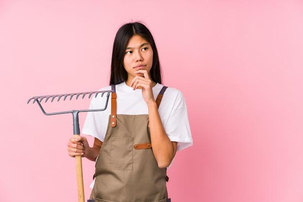 熊手を保持している若い中国人女性