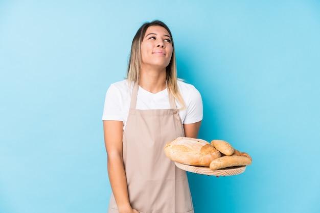 Молодая кавказская женщина-пекарь мечтает о достижении целей и задач