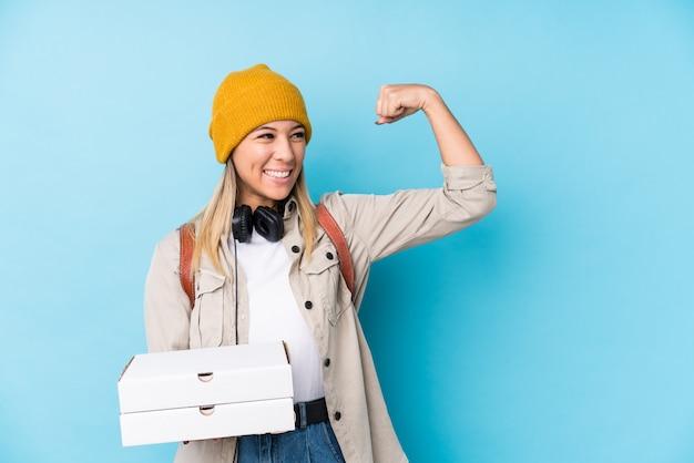 勝利後の拳を上げるピザを保持している若い女性