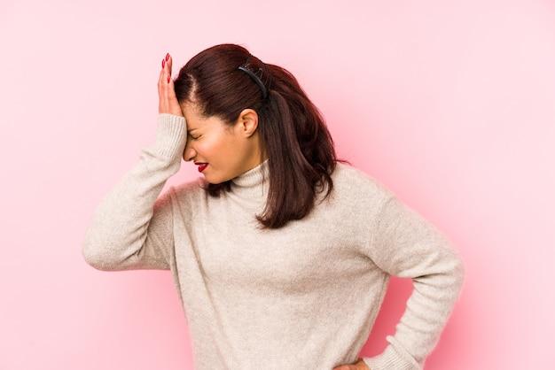 Среднего возраста женщина забывает что-то, хлопает себя ладонью по лбу и закрывает глаза
