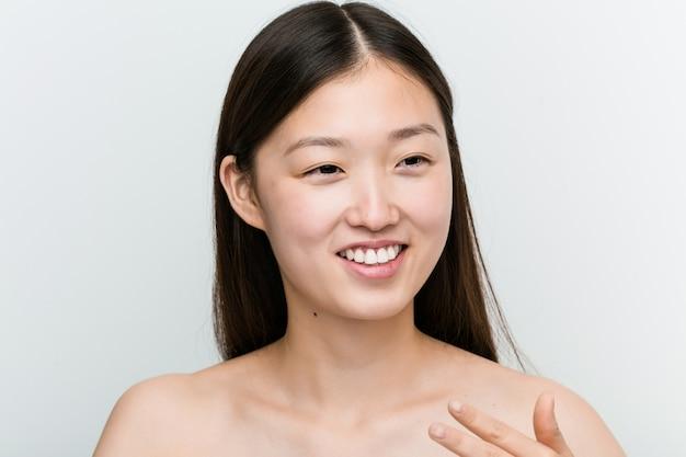 Закройте молодой красивой и естественной азиатской женщины
