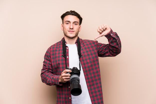 孤立した若い白人写真家の男は、誇りに思って、自信を持って、次の例です。