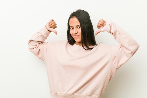 若いかわいいヒスパニック系ティーンエイジャーの女性は、次の例の誇りと自信を感じています。