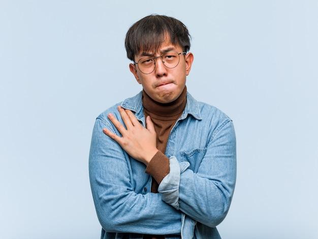 アイデアについて考える若い中国人男性