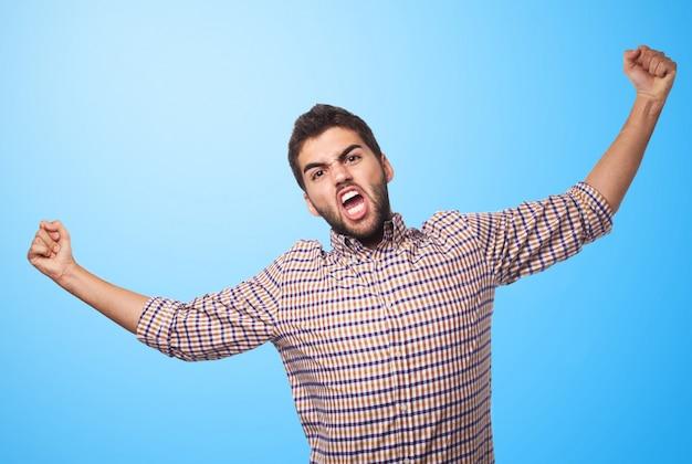 Арабские человек, выражая гнев на синем фоне.