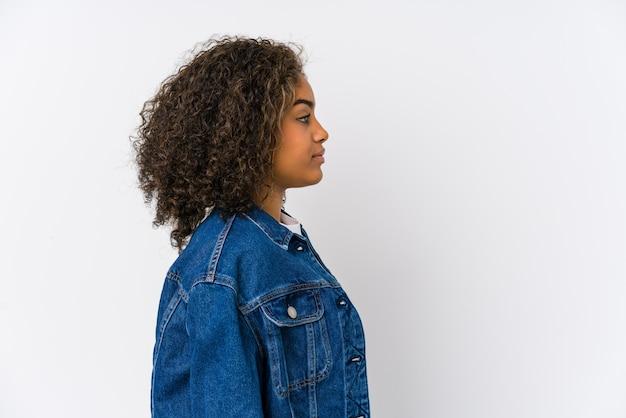 左を見つめる若いアフリカ系アメリカ人女性、横向きのポーズ。