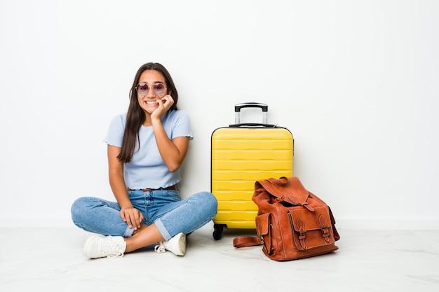 若い混合レースインドの女性は、爪を噛む、神経質で非常に心配して旅行に行く準備ができています。