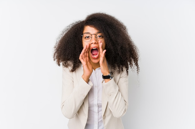 若いアフリカ系アメリカ人ビジネスの女性の叫びが正面に興奮しています。