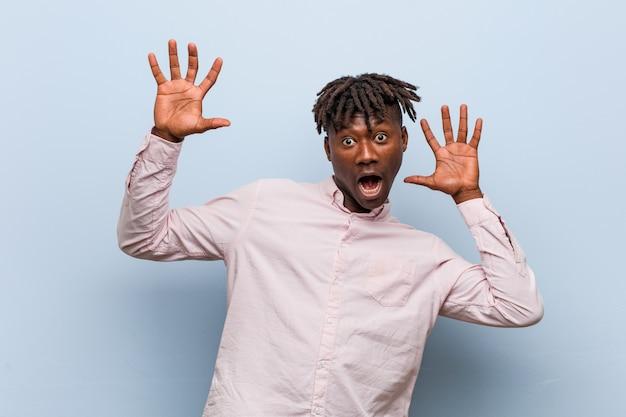 Молодой бизнес афроамериканец шокирован из-за неизбежной опасности