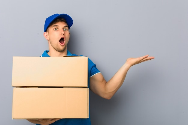 Молодой человек доставляет пакеты под впечатлением