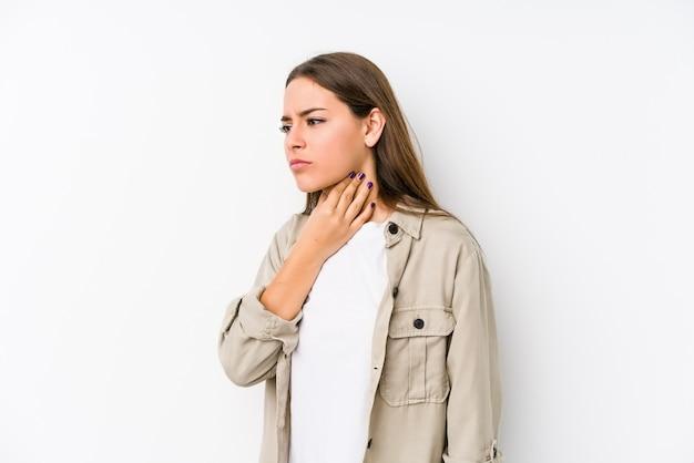 若い白人女性がウイルスのため喉の痛みに苦しんでいます。