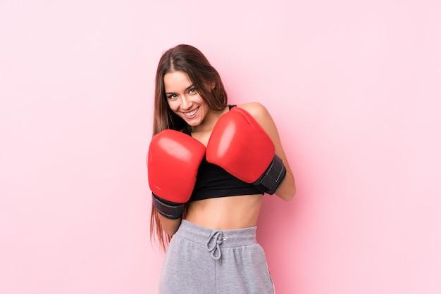 Молодой кавказский спортивный женщина бокс