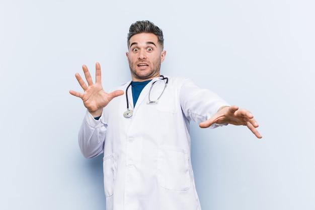 Молодой красавец доктор шокирован из-за неизбежной опасности