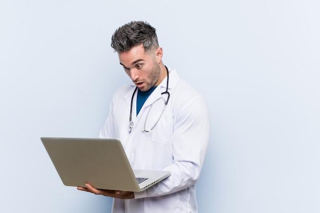 ラップトップを持つ白人医師男