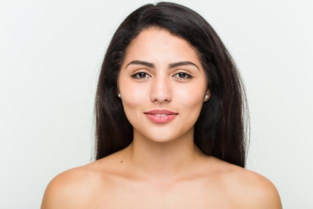 Крупным планом молодой красивой и естественной испанской женщины
