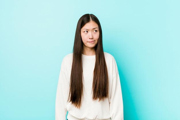 若いかなり中国人の女性は混乱し、疑わしく不安を感じています。