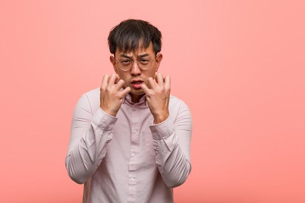 Молодой китаец сердит и расстроен