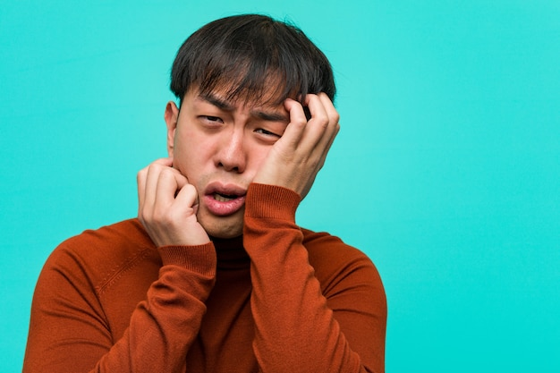 Молодой китаец отчаянный и грустный