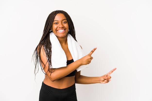若いアフリカ系アメリカ人スポーツの女性は、コピースペースに人差し指で指しているショックを受けたを分離しました。