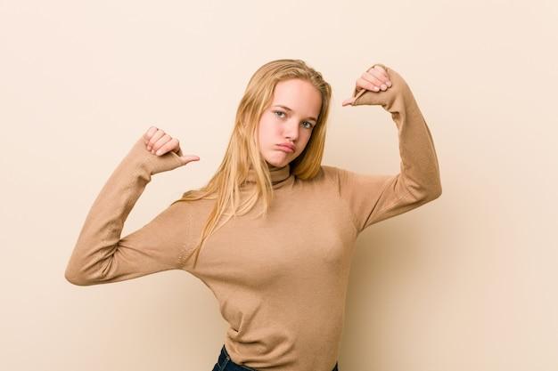 キュートで自然なティーンエイジャーの女性は、誇りと自信を持っていると感じています。