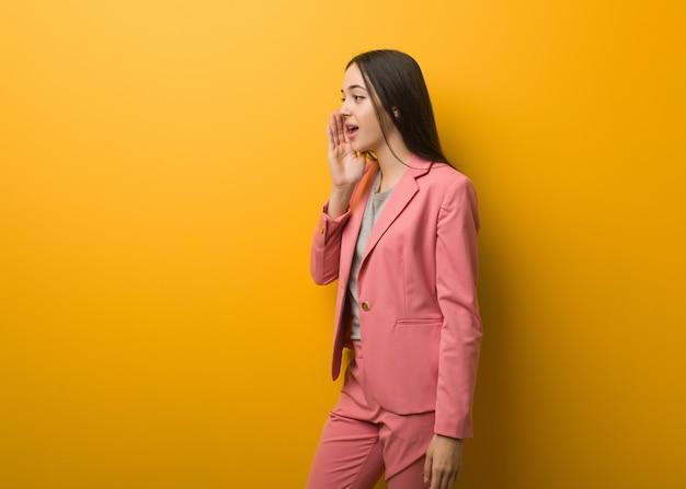 Молодая современная деловая женщина шепчет сплетни подтекст