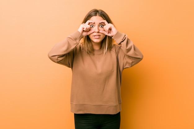 成功の機会を見つけるために目を開いたまま壁に向かって若い本物のカリスマ的な実在の女性。